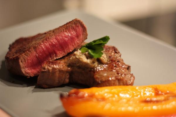 Rump steak s restovanou paprikou (a šampiňónovým maslom)