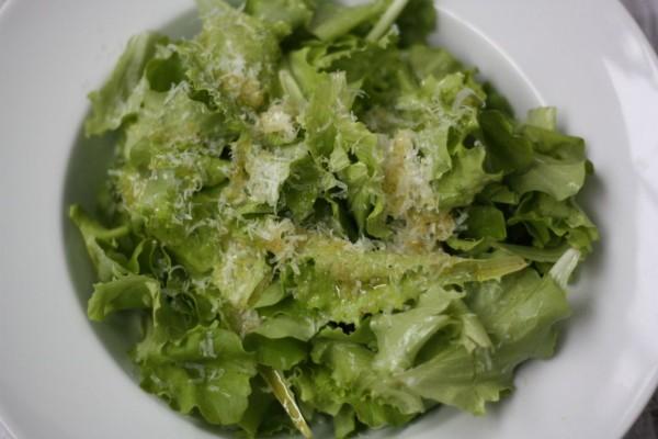 Listový šalát s citrónovo-olivovou zálievkou a parmezánom